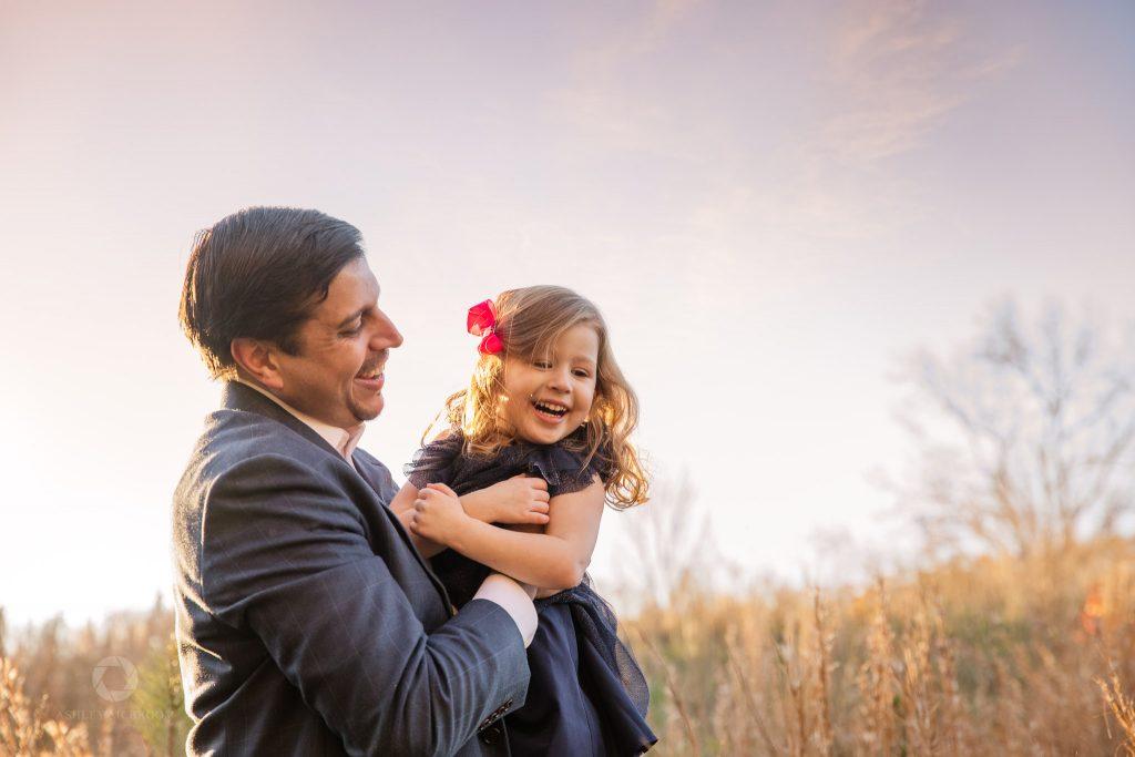 Dad tickling little girl Leita Thompson park